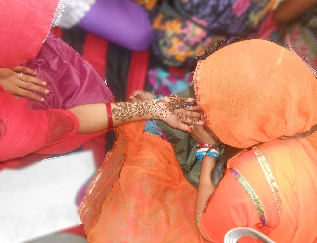 women learning Mehandi in Beauty parlor Training
