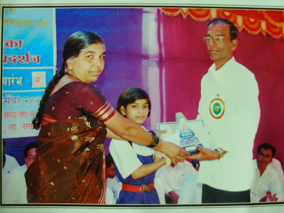 Deepali receives prize in Science-math Competition