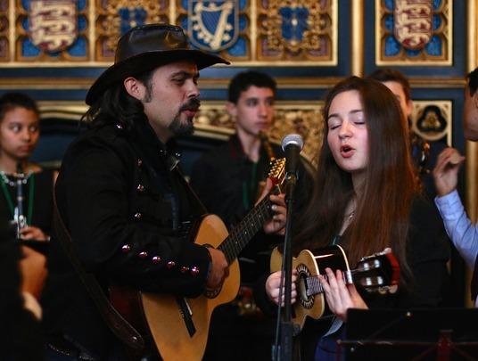 Milda playing the cavaquinho with Almir Pessoa