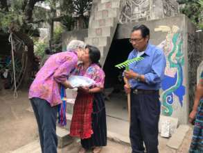 Nancee Neel exchanges SPI seeds with Pop Atz'iaq