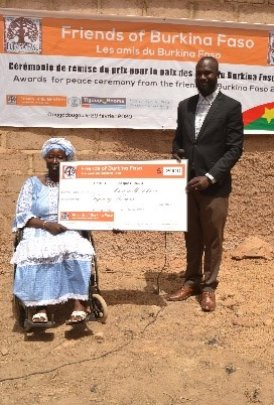 Zoenabou receiving cheque from Friends of Burkina