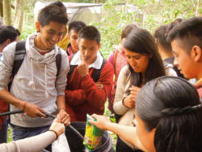 Students from Pinal de Amoles making biofertilizer