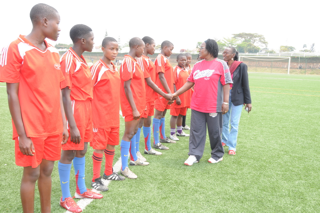 The E.Director/AKWOS shakes hands with one of the teams