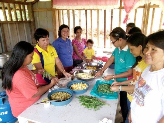 Principal Luz, Teachers and Moms cook school lunch