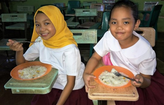 Muslim and Christian children receive school lunch