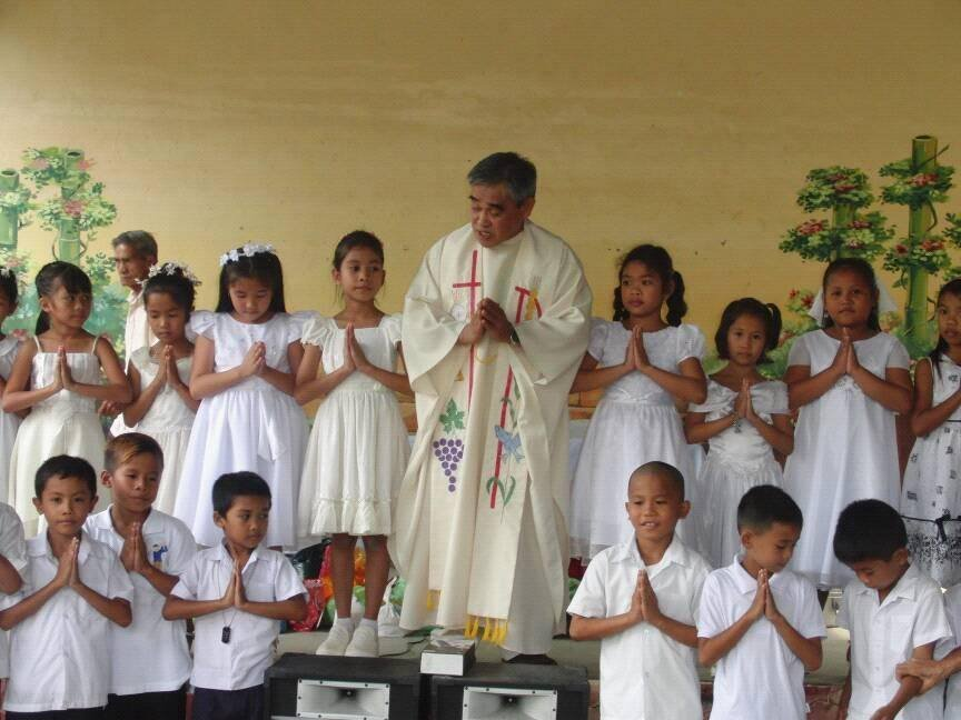 Local Priests leads prayers in Visayan 3rd Grade