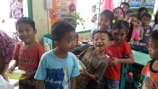 Moms cook school lunches in Visayas