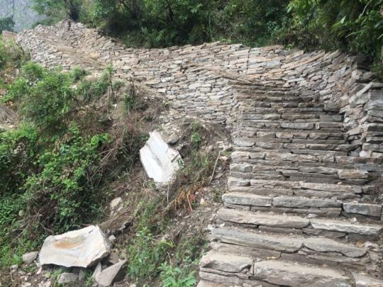 Trail on the way to Runchet village of Keraunja