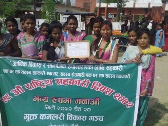 Freed Kamlari display certificate of appreciation