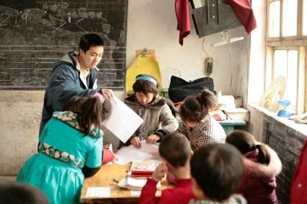 Teaching Coach Ron Sung helps Fourth Graders in Science