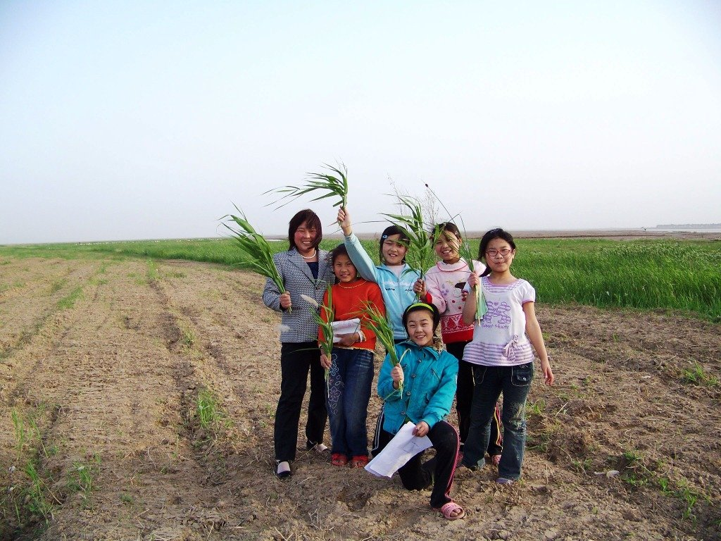 Teacher Sun and her students on a field trip.
