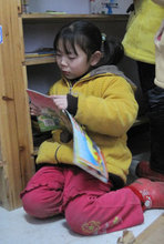 Mingyue Zhang loves to read.