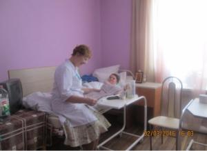 Reading newspaper to babushka, Vyazma house