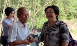 Ms. Lan (CEPORER Hoc Mon) shakes hand Mr. Tam Diem