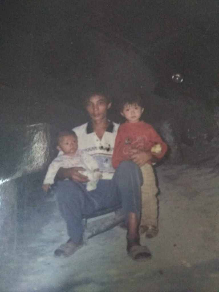 QQ (right) with her father and younger brother