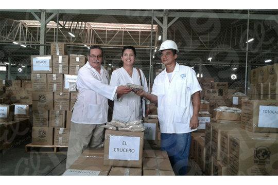 Nicaraguan Health Officials distributing food