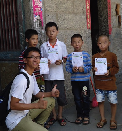 Students distribute China Mangrove Green Maps