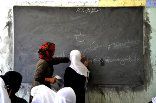 Students at chalkboard (Ayni)