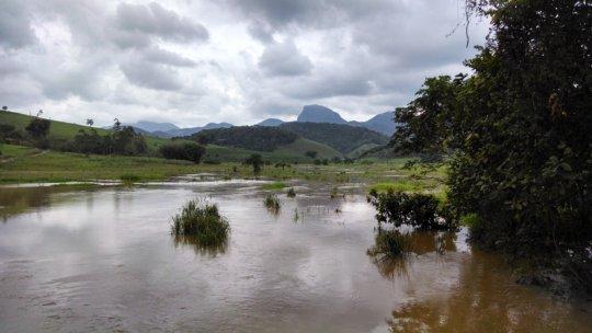 Rio Fumaca (now full) and Itajuru Peak on the back
