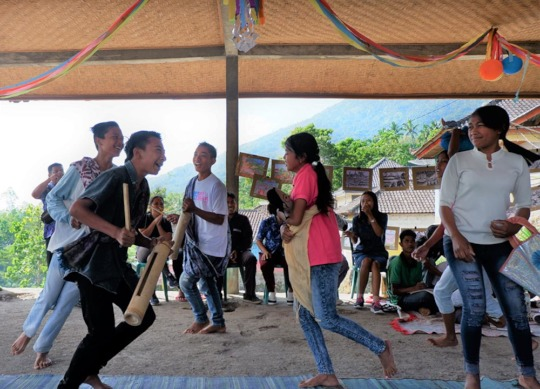 Students' drama about Mount Agung eruption crisis