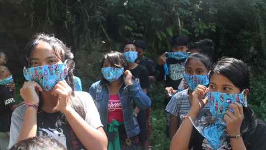Jatituhu students wearing their donated mask