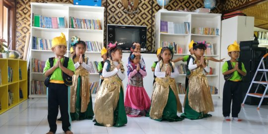 Welcome dance by Pre-school students