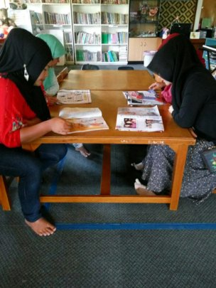 The mothers reading in YUM Library Cipanas