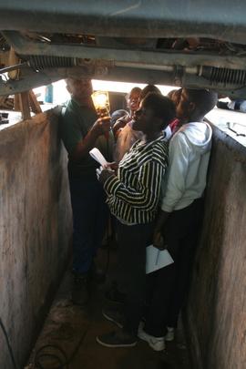 Mechanic at Makalali showing the kids under a car