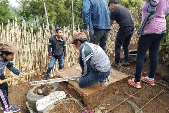 Bachillerato students during latrine construction