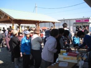 Picture 6: Long Waiting Line for Yakisoba