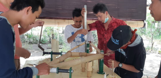 Bike-building training for youth from Desa Ban