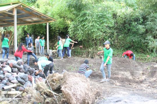 EBPP students bringing rock & sand for foundation