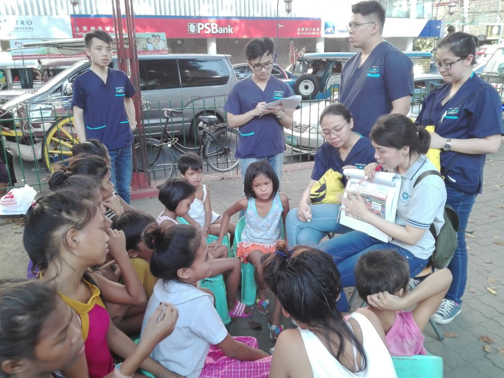 ASMPH students teaching in Divisoria