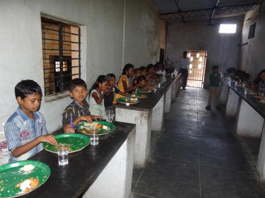 Children eatingmid-day meals