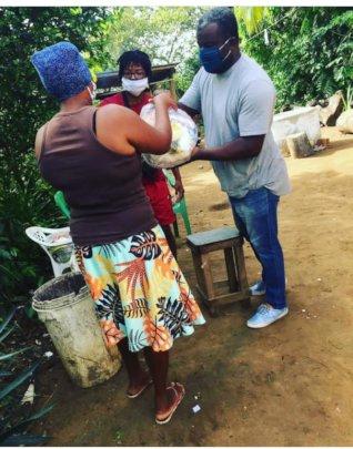 Viva a Vida's President distributing emergency aid