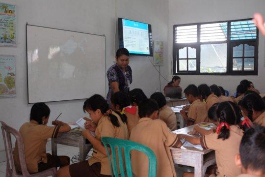 Teaching about plastic. Photo Credit Yurifa