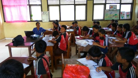 SDN 1 Lembongan students during a BFB lesson