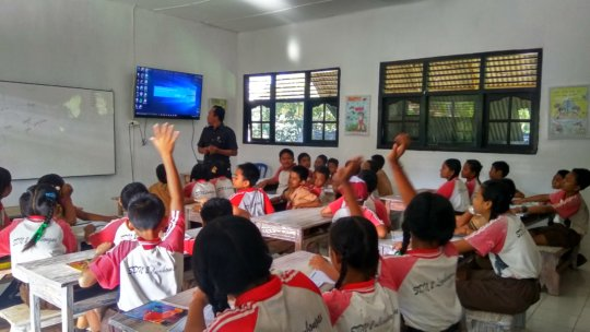 SDN 2 Lembongan students during a lesson
