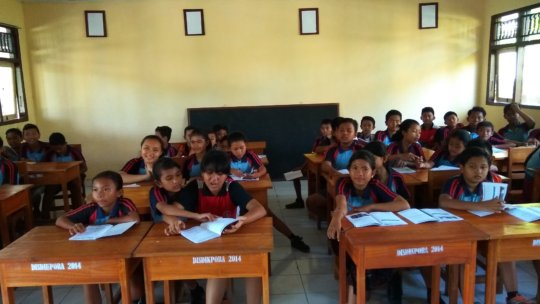 SDN 3 Lembongan students during a lesson