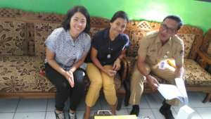 Herni, Ipeh and the Principal of SD2 Lembongan