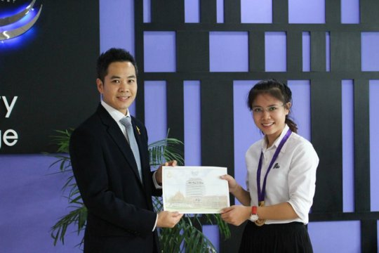 Si Htong awarded as one outstanding student.