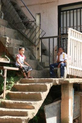 Ninos solos en Petare/ Kids alone in Petare slum