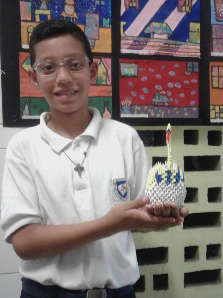 Dely y el cisne de papel/Dely and swan sculpture