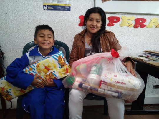 Juan Pablo's family with gift of groceries