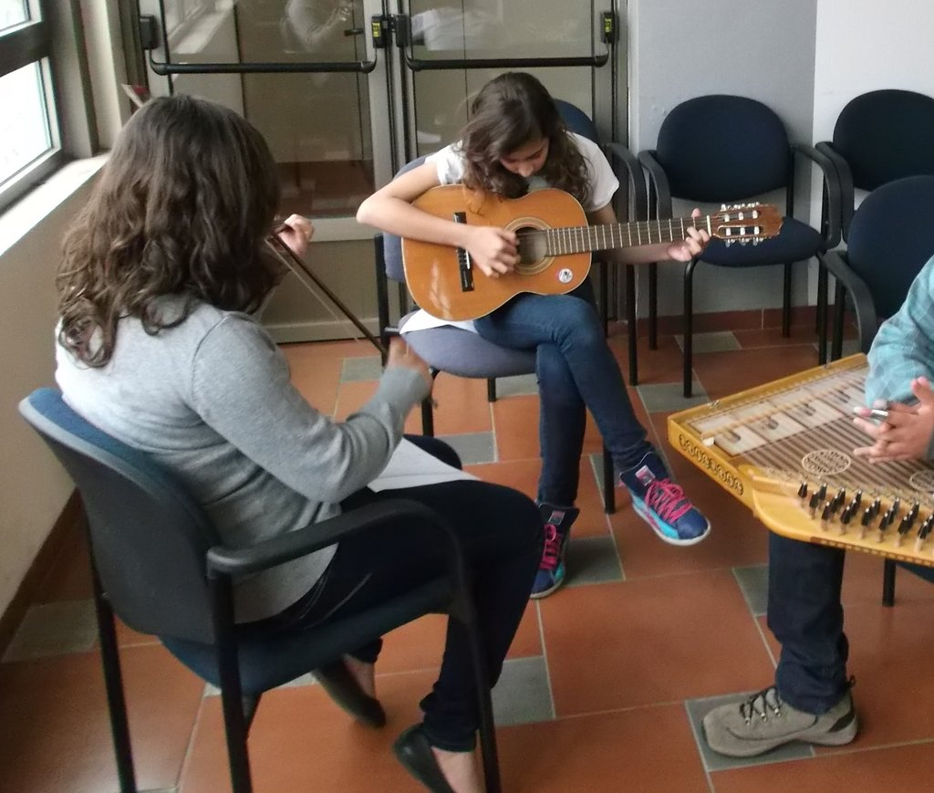 How to fit a guitar, a violin and a qanoun?