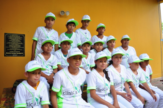 Clinica Verde's youth baseball team