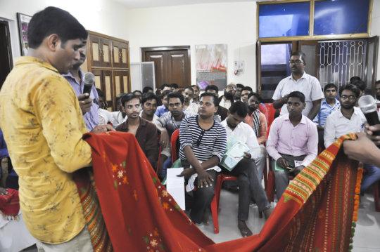 Jentibhai discusses with Varanasi weavers
