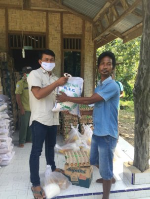 Panut distributing food parcels in Tangkahan