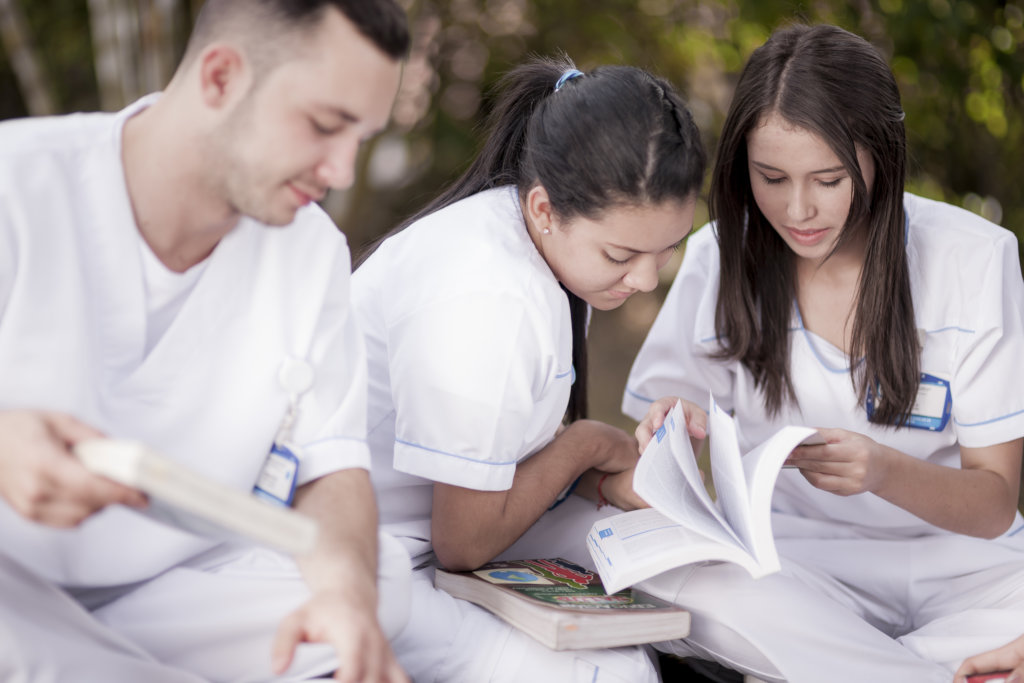 Help 90 young Colombians become nurse technicians
