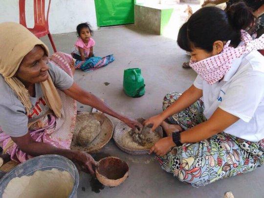 JICA volunteer giving pottery training
